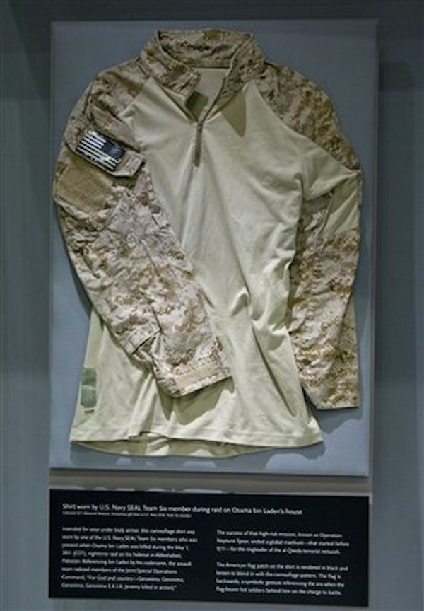 En el Museo y Monumento Nacional del 11 de Septiembre en la ciudad de Nueva York se exhibe a partir del domingo 7 se septiembre de 2014 la camisa que utilizó un comando SEAL de la Marina en la operación en la que fue aniquilado el jefe de al-Qaida, Osama bin Laden. También está en exhibicion una moneda que utilizó un agente de la CIA que fue crucial en la ubicación de bin Laden. MUSEO Y MONUMENTO NACIONAL DEL 11 DE SEPTIEMBRE, JIN LEE / AP FOTO