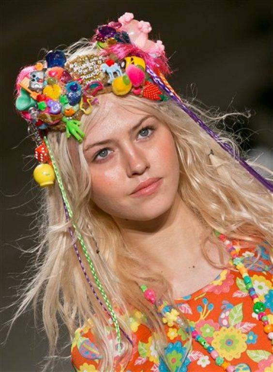 Una modelo presenta piezas de la colección de Jeremy Scott y joyería de Miley Cyrus primavera 2015 en la la Semana de la Moda el miércoles 10 de septiembre de 2014 en Nueva York.  (Foto AP/Bebeto Matthews)