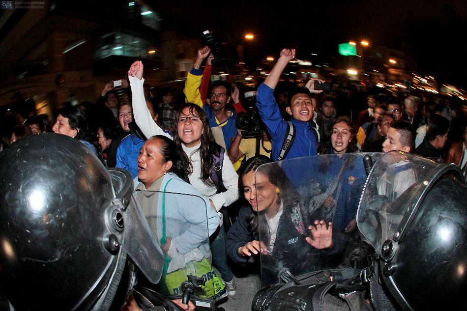 Padres de estudiantes del Colegio Mejía claman, el 25 de septiembre de 2014, en Quito, después de la negación del habeas corpus para sus hijos, detenidos por protestas el 17S. API/Juan Cevallos