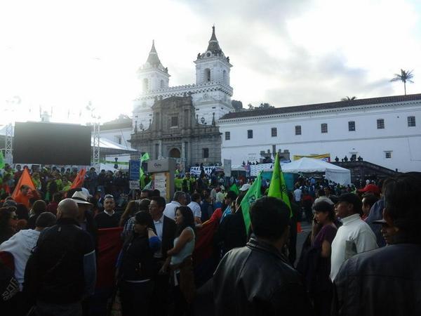 Simpatizantes del movimiento Alianza País ya se concentran en la Plaza San Francisco de Quito.