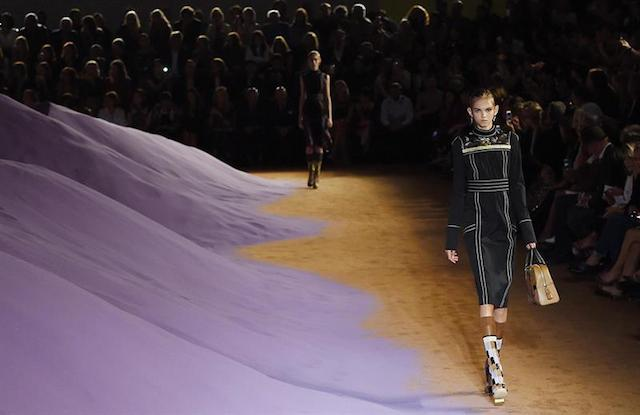 Una modelo presenta una de las creaciones de la firma italiana Prada durante la Semana de la Moda de Milán. EFE/DANIEL DAL ZENNARO