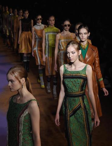 Modelos caminan por la pasarela con creaciones de la colección Primavera-Verano 2015 de la casa de moda italiana Prada durante la semana de la moda de Milán (Italia). EFE/Daniel Dal Zennaro