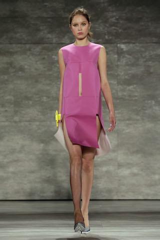 Una modelo luce un diseño de Angel Sánchez en la Semana de la Moda de Nueva York. (AP Foto/Richard Drew)