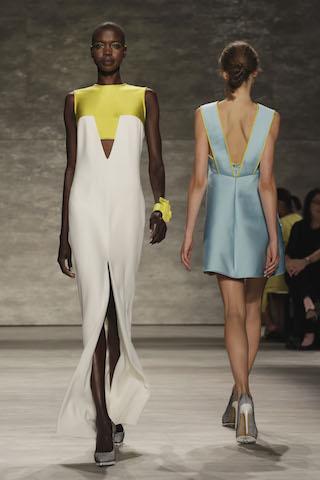 Un par de modelos durante la presentación de Angel Sánchez en la Semana de la Moda de Nueva York. (AP Foto/Richard Drew)