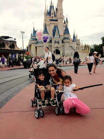 Catrina con sus dos hijos en el parque Magic Kingdom de Disney