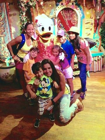 Catrina y su amiga Erika Segale junto a los hijos de ambas en Disney