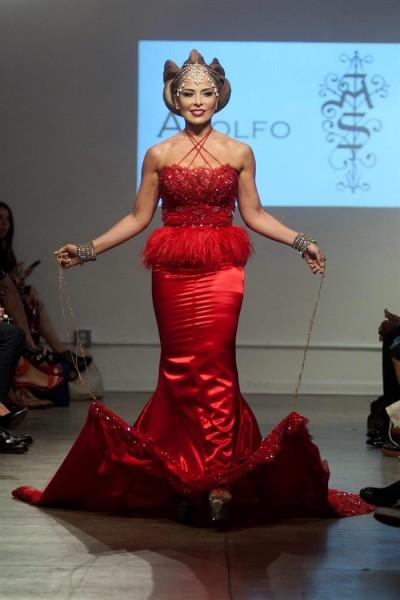 La cantante mexicana Gloria Trevi debutó ayer, en una pasarela en la Semana de la Moda en Nueva York para el diseñador Adolfo Sánchez. EFE/Joana Toro