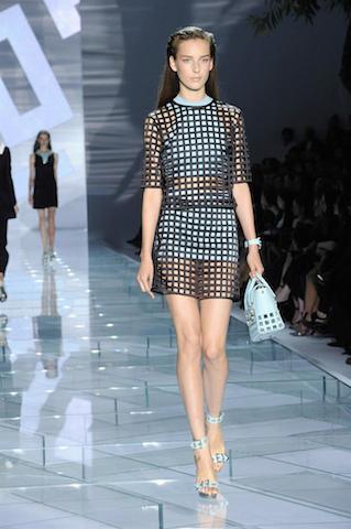 Una modelo muestra un diseño de Donatella Versace en la Semana de la Moda de Milán. EFE/EPA/GIUSEPPE ARESU