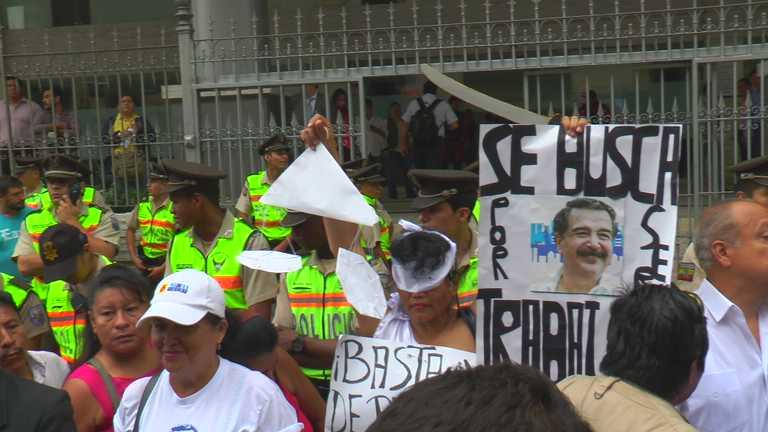 Exteriores de la Corte Provincial de Justicia del Guayas. Declaraciones por el caso Las Dolores. 20 oct. 2014. Foto: Johnatan Bedón/La República
