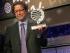"""BARCELONA, 15/10/2014.- El escritor mexicano Jorge Zepeda posa con el trofeo que le acredita como ganador del Premio Planeta, en su 67 edición, por su obra """"Milena o el fémur más bello del mundo"""", durante el acto celebrado esta noche en Barcelona. EFE/Toni Albir."""