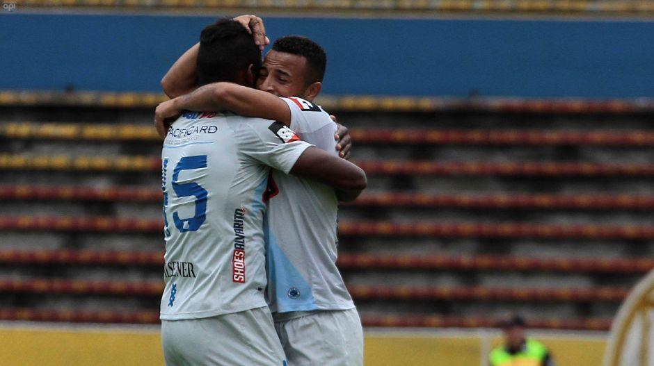QUITO 22 DE OCTUBRE DEL 2014. Catolica vs Emelec, en la foto Emelec celebra el gol de Pedro Quiñonez. FOTOS API / JUAN CEVALLOS.