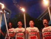 CHILPANCINGO (MÉXICO), 14/10/2014.- Familiares y amigos de los 43 estudiantes desaparecidos en Iguala marchan en la noche de hoy, martes 14 de octubre de 2014, en Chilpancingo, estado de Guerrero (México). La semana pasada las fuerzas de seguridad federales asumieron el control de Iguala para contribuir a la búsqueda de los jóvenes desaparecidos en la noche del pasado 26 de septiembre. EFE/José Méndez
