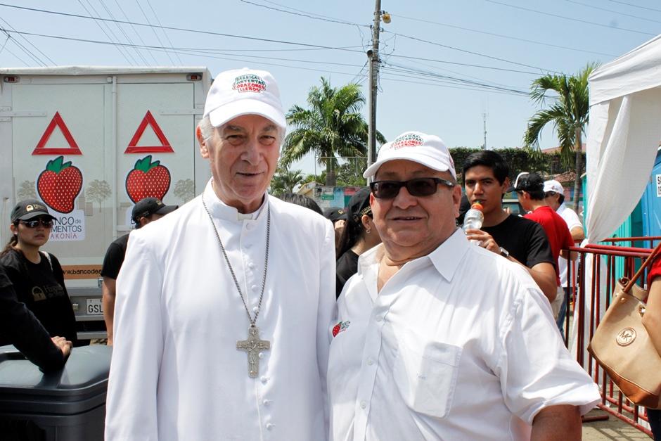 Monseñor Antonio Arregui y José San Martín miembro del concejo del Banco de Alimentos
