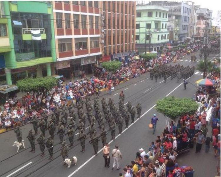 Estudiantes desfilaron en homenaje a Guayaquil. Los