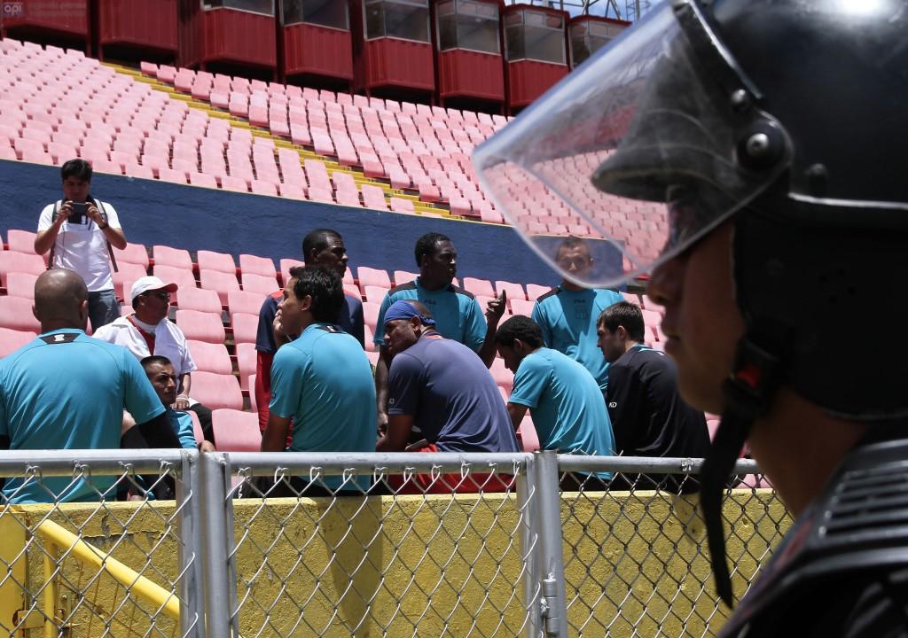 QUITO 17 DE OCTUBRE DEL 2014. Jugadores del Deportivo quito se reunen el en estadio olipopico depues dese notificara la sancion al club del deportivo quito. FOTOS API / JUAN CEVALLOS.