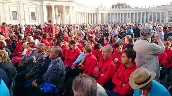 El Papa Francisco encendió la antorcha en la audiencia general en el Vaticano.