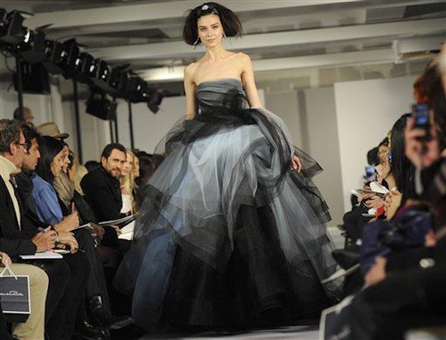 En esta imagen de archivo del 14 de febrero de 2012, el desfile de otoño de Oscar de la Renta para 2012 durante la Semana de la Moda de Nueva York. (AP Foto/Louis Lanzano, Archivo)