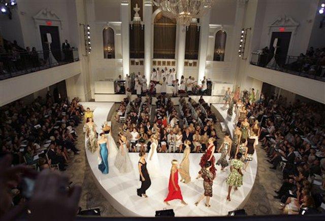 En esta imagen de archivo del 10 de septiembre de 2007, la colección de primavera-verano de Oscar de la Renta para 2008 durante la Semana de la Moda de Nueva York. (AP Foto/Dima Gavrysh, Archivo)
