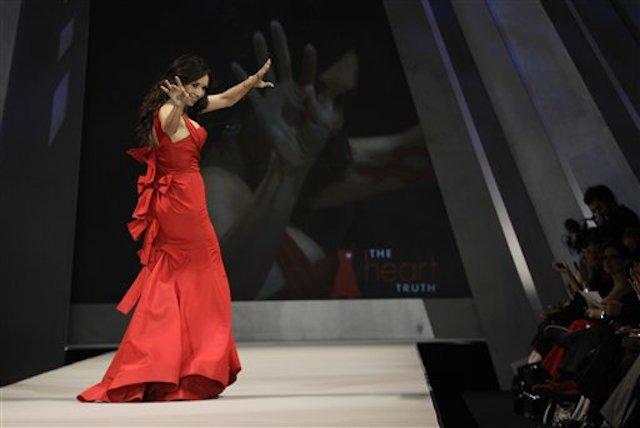 En esta imagen de archivo del 8 de febrero de 2012, la actriz Giselle Bloindet saluda a la multitud mientras desfila para Oscar de la Renta durante el desfile Heart Truth Red Dress en Nueva York. (AP Foto/Kathy Willens, Archivo)
