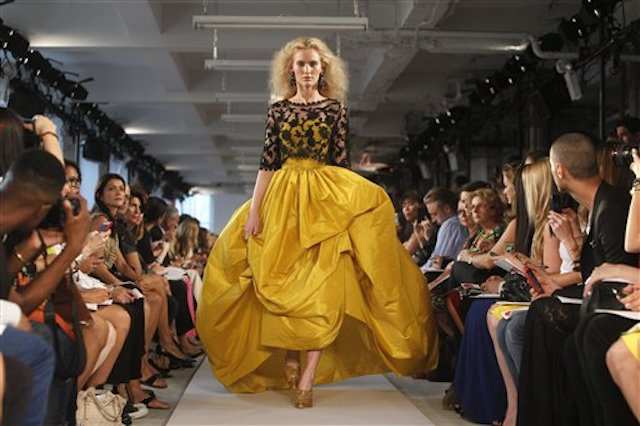 En esta imagen de archivo del 13 de septiembre de 2011, el desfile de la colección de primavera de Oscar de la Renta durante la Semana de la Moda de Nueva York. (AP Foto/Jason DeCrow, Archivo)
