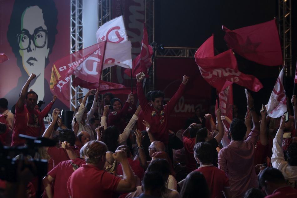 Simpatizantes de la presidenta brasileña, Dilma Rousseff, celebran tras la divulgación de un reporte del tribunal electoral hoy, domingo 26 de octubre de 2014, en Brasilia (Brasil). Rousseff lidera con un 51,18 % de los votos la segunda vuelta de las elecciones presidenciales celebradas hoy y se impone por ajustado margen al opositor Aécio Neves (48,04 %), con el 96,48 % del censo escrutado, según los números oficiales del tribunal electoral. EFE/Fernando Bizerra Jr.