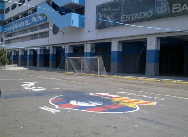 Escudo de Barcelona SC frente al Estadio Capwell aparece manchado con pintura azul.