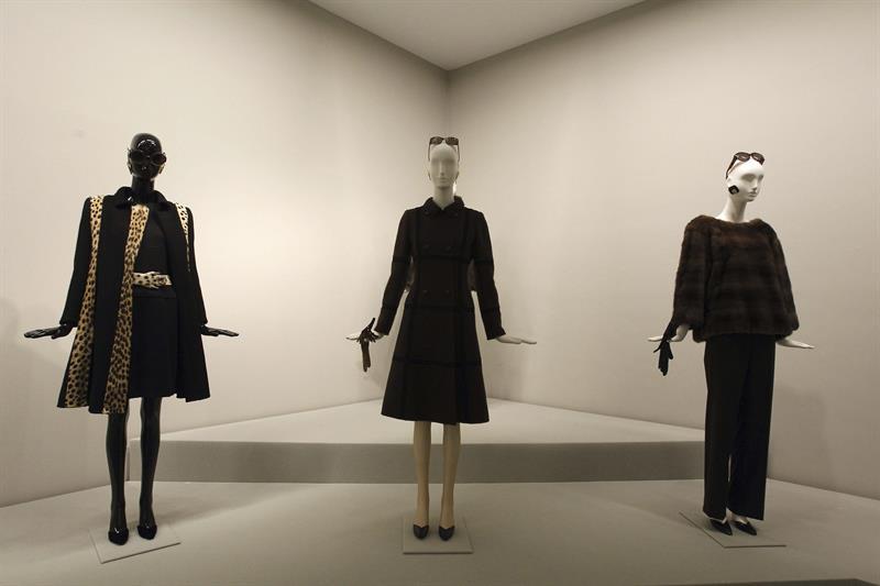 Varios diseños del modisto francés Hubert de Givenchy que se pueden ver en la retrospectiva sobre su trayectoria que alberga el Museo Thyssen Bornemisza de Madrid hasta el próximo mes de enero de 2015. EFE/Kiko Huesca