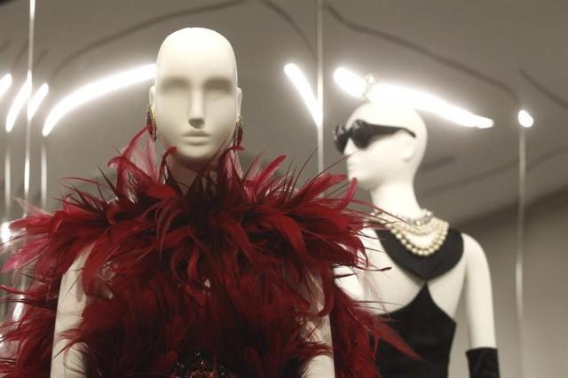 Varios de los diseños del modisto francés Hubert de Givenchy, que se pueden ver en la retrospectiva sobre su trayectoria que alberga el Museo Thyssen Bornemisza de Madrid hasta el próximo mes de enero de 2015. EFE/Kiko Huesca