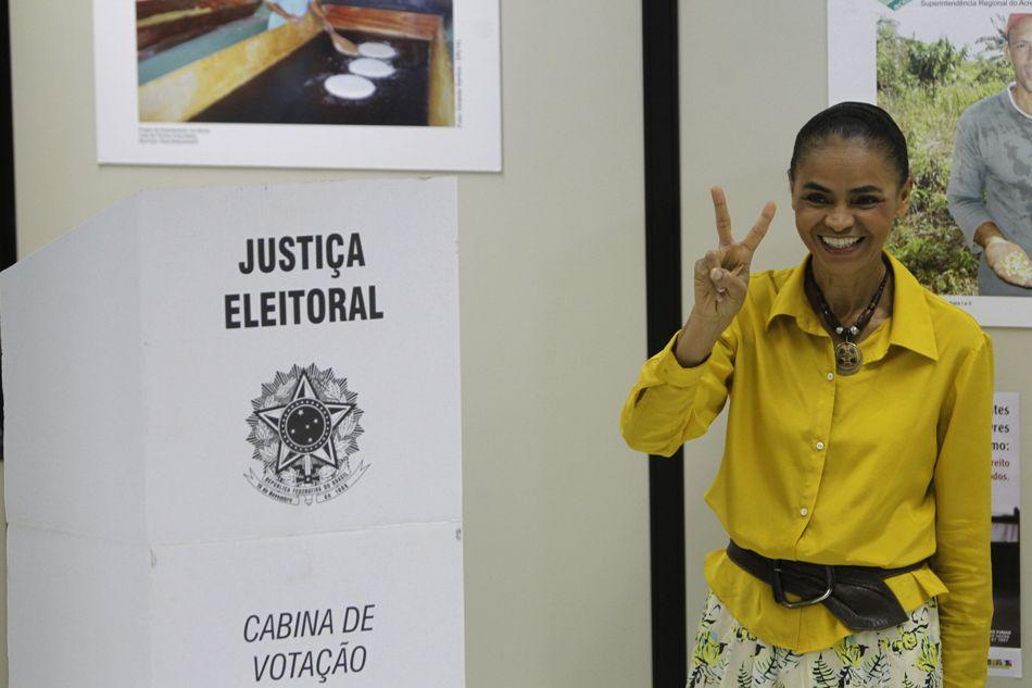 La candidata presidencial ecologista Marina Silva vota hoy, domingo, 5 de octubre de 2014, en la sede del Incra en Río Branco (Brasil).   EFE/ Fernando Bizerra Jr.