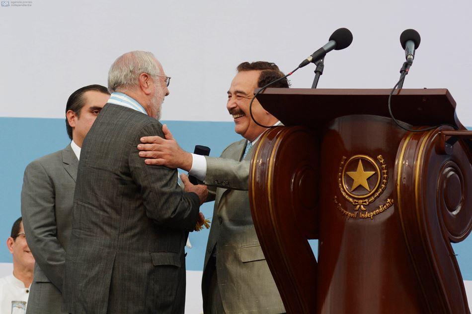 El alcalde de Guayaquil, Jaime Nebot, condecora al expresidente Gustavo Noboa. API/Marcos Pin