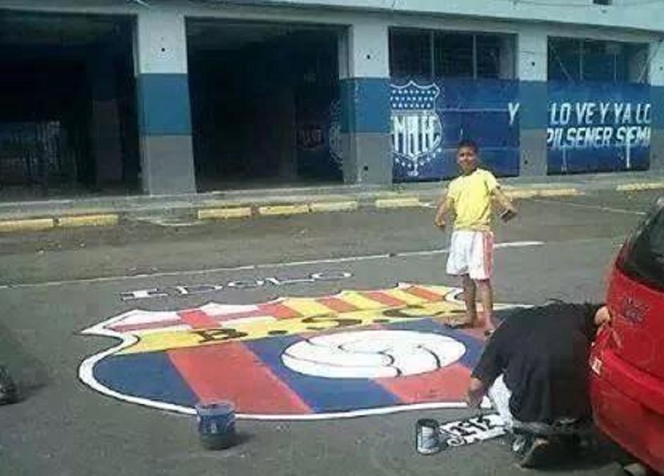 Escudo De Barcelona Sc Pintado Fuera Del Estadio Capwell