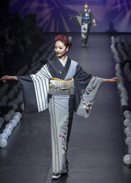 Una modelo luce una creación de los diseñadores Sansai Saito y Jotaro Saito durante la Semana de la Moda de Tokio. EFE/Christopher Jue