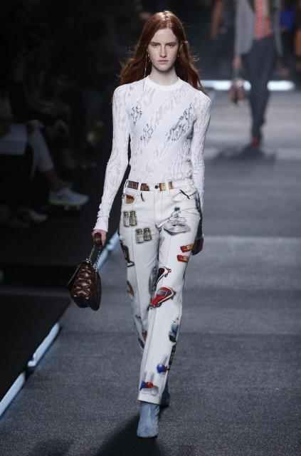 Una modelo presenta una creación de la colección prêt-à-porter de primavera-verano 2015 del diseñador francés Nicolas Ghesquiere para Louis Vuitton durante un desfile celebrado hoy, miércoles 1 de octubre de 2014 en el ámbito de la Semana de la Moda de París (Francia). EFE/Ian Langsdon