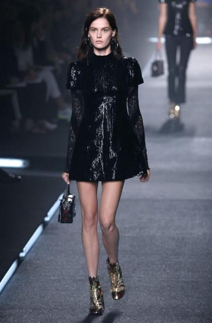 Una modelo presenta una creación de la colección prêt-à-porter de primavera-verano 2015 del diseñador francés Nicolas Ghesquiere para Louis Vuitton durante  la Semana de la Moda de París (Francia). EFE/Ian Lngsdon