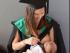 Jacci Sharkey, madre que da de lactar a su bebé durante su ceremonia de graduación de la Universidad de Sunshine Coast (USC), ubicada en Australia. Foto de la USC.