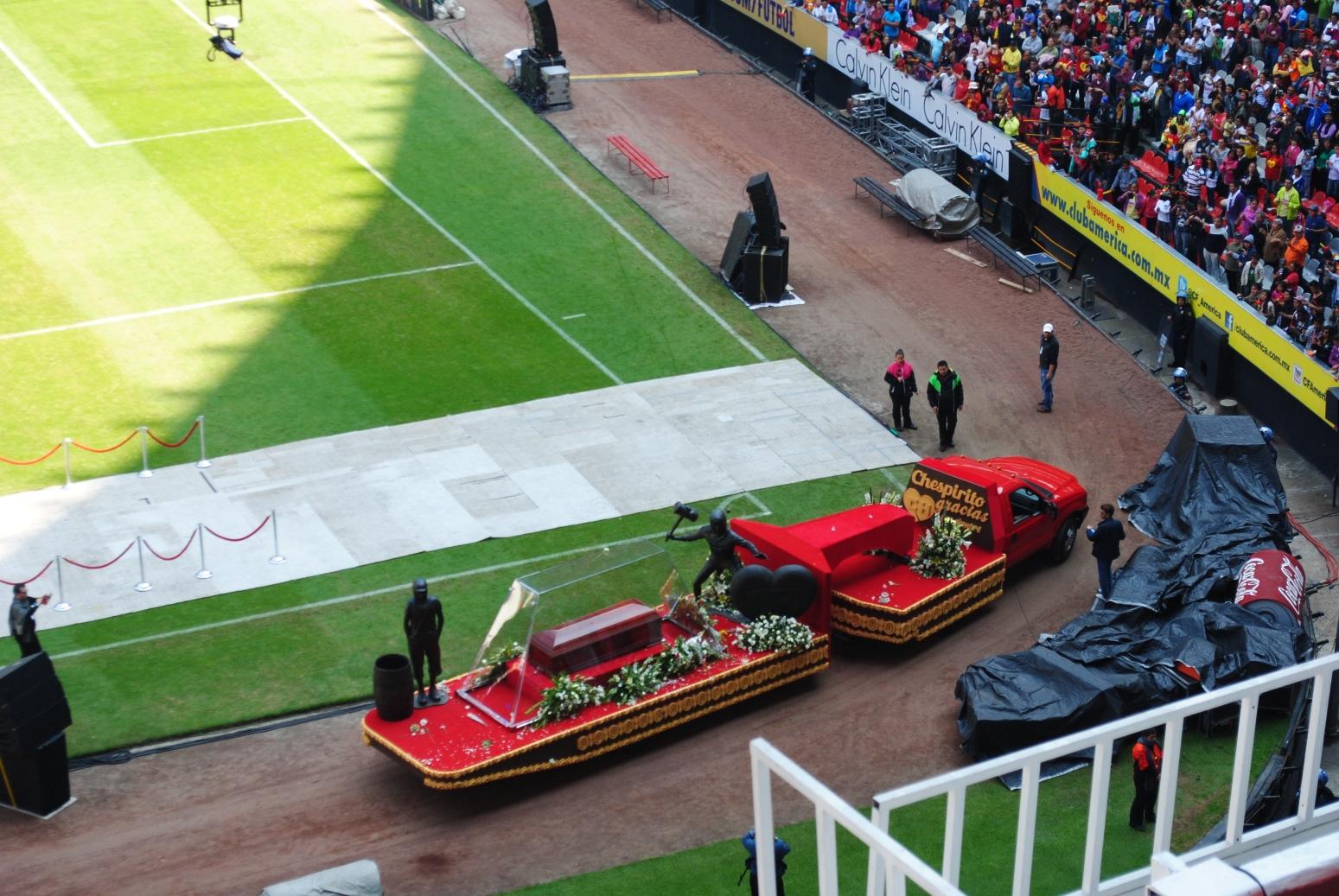 El carro que llevaba el ataúd de Chespirito ingresa al Estadio Azteca, el 30 de noviembre de 2014. Foto de Xavier López Jurado, especial para La República.