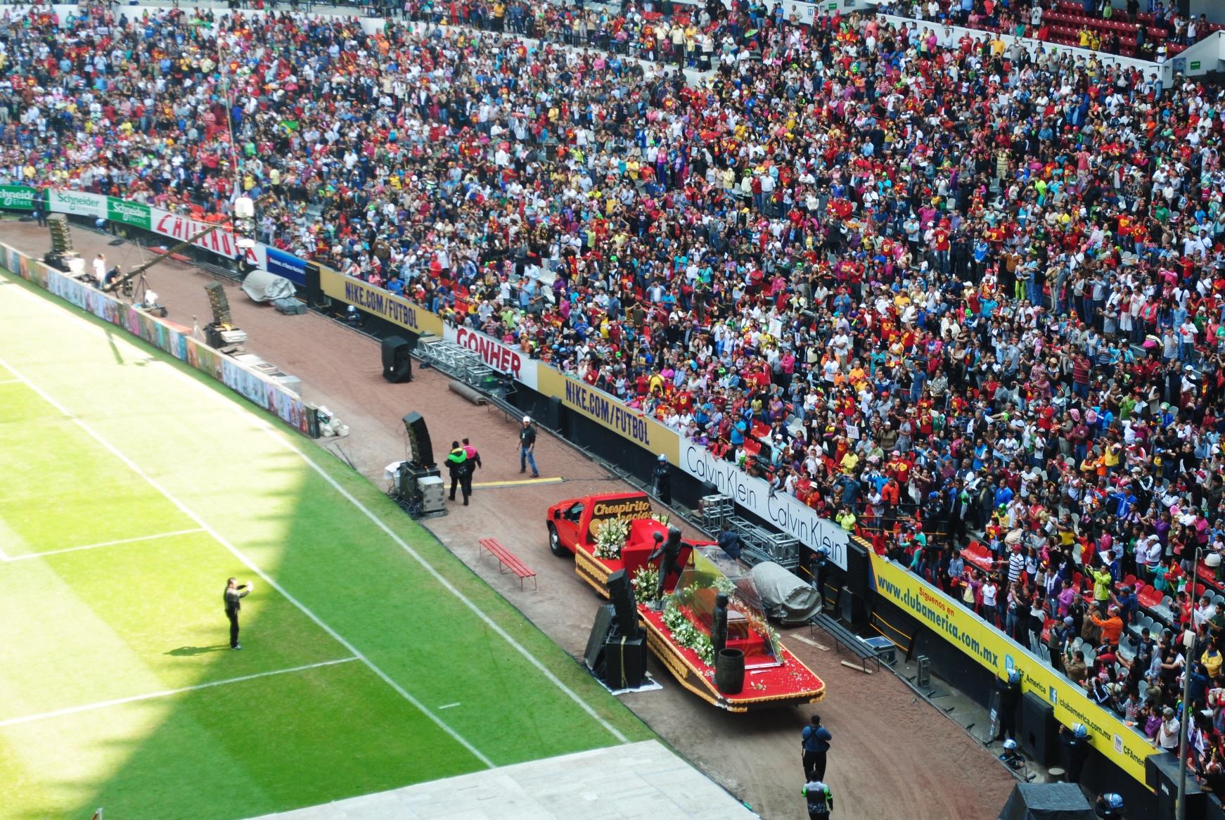 Estadio Azteca, el 30 de noviembre de 2014, durante el funeral de Chespirito. Foto de Xavier López Jurado.
