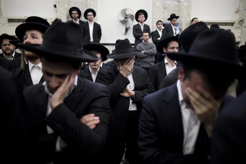 Judíos ultraortodoxos asisten al funeral del rabino Moshe Twersky, uno de los religiosos asesinados en el tiroteo de la sinagoga esta mañana, en el barrio ortodoxo de Har Nof en Jerusalén hoy 18 de noviembre de 2014. Al menos seis personas murieron hoy en un tiroteo en una sinagoga y Yeshiva (escuela rabínica) de Jerusalén Oeste, en el ataque más sangriento registrado desde 2008 en la ciudad santa, testigo de una creciente tensión. EFE/Abir Sultan