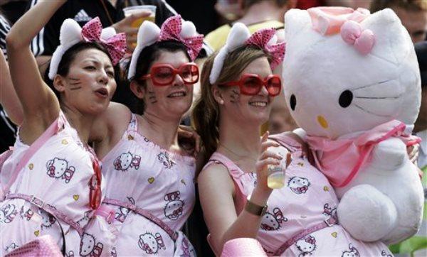 n esta foto del 29 de marzo del 2008, hinchas de rugby vestidas de Hello Kitty animan a su equipo durante un partido en Hong Kong. (AP Foto/Kin Cheung, Archivo)