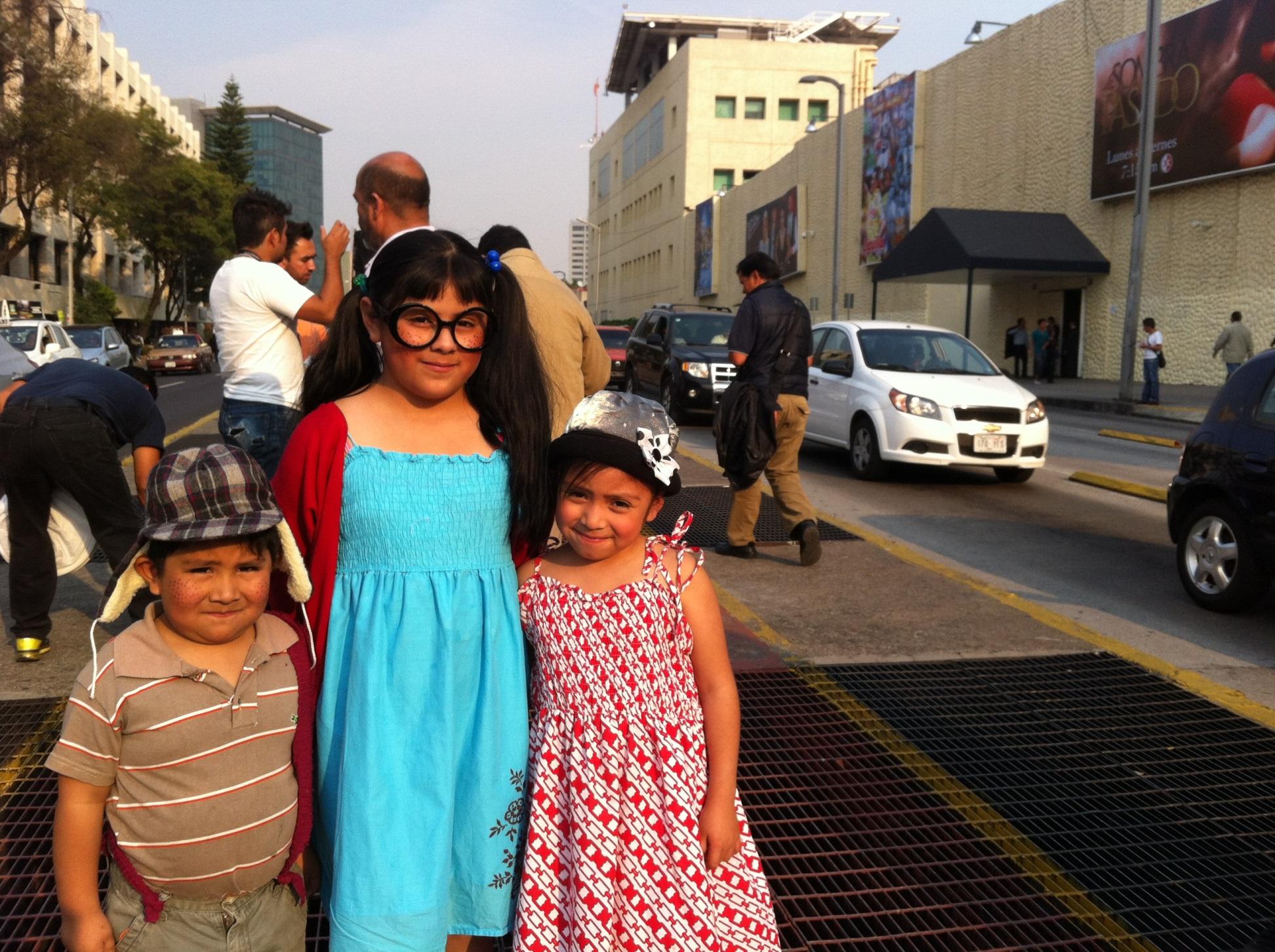 CIUDAD DE MÉXICO, nov 29, 2014.- Seguidores de 'Chespirito' acudieron hoy a las instalaciones de Televisa Chapultepec, a la repartición de los boletos para dar el último adiós a 'Chespirito'. Mañana domingo se realizará un homenaje de cuerpo presente para Roberto Gómez Bolaños en el Estadio Azteca. (LaRepúblicaEC/Xavier López)