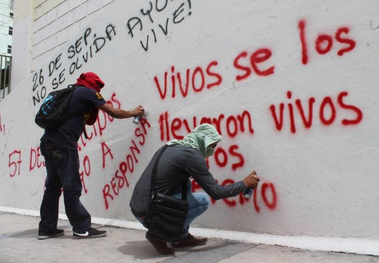 Estudiantes de Ayotzinapa, pintan paredes en protesta a la desaparición de los estudiantes en Iguala, foto por: http://www.pdmx.dreamhosters.com/