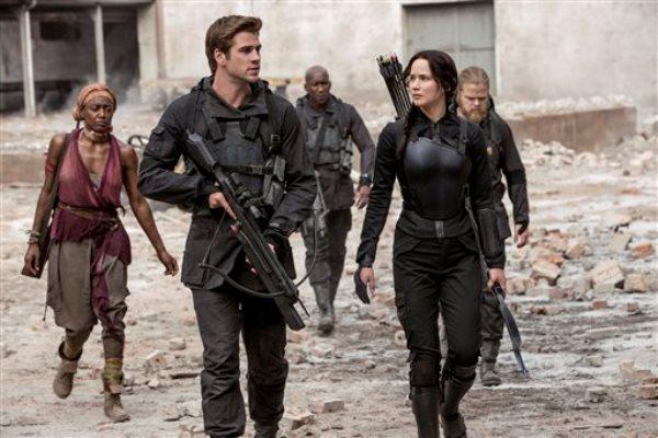"""En esta imagen difundida por Lionsgate, Jennifer Lawrence como Katniss Everdeen y Liam Hemsworth como Gale Hawthorne, en una escena de """"Los juegos del hambre: Sinsajo - Parte 1"""". (AP Foto/Lionsgate, Murray Close)"""