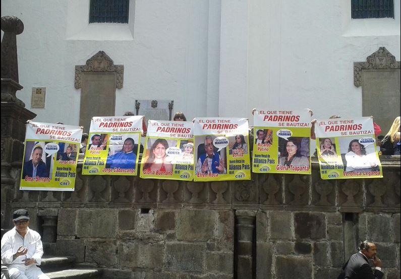 Un plantón se realizó esta mañana en la Plaza GRande, en Quito, como protesta por el concurso que desarrolla el CNE para elegir nuevos vocales. Foto de Pamela Troya.