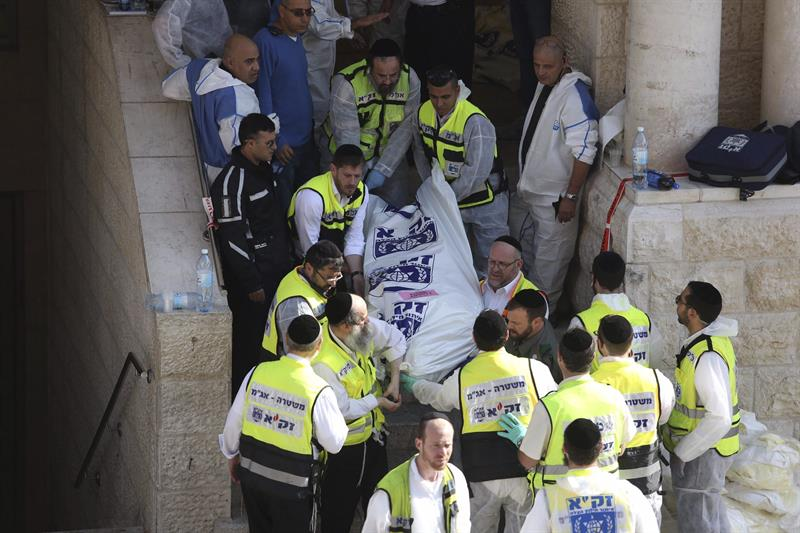 Personal sanitario retira el cadáver de una de las víctimas tras el ataque contra una sinagoga en Jerusalén (Israel) hoy, martes 18 de noviembre de 2014. Al menos seis personas, entre ellas los dos presuntos atacantes, murieron hoy en un tiroteo en una sinagoga y yeshiva (seminario rabínico) del barrio ortodoxo de Har Nof, en Jerusalén Oeste, informó la Policía local. EFE/Abir Sultan