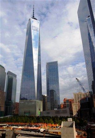 n esta imagen de archivo del 18 de octubre de 2014, el One World Trade Center de fondo mientras la gente se reúne, abajo, para una ceremonia en el altar de San Nicolás, en Nueva York. (AP Foto/Craig Ruttle, File)
