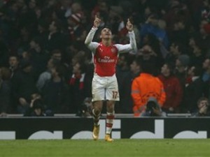 El jugador chileno de Arsenal, Alexis Sánchez, festeja un gol contra Borussia Dortmund en la Liga de Campeones el miércoles, 26 de noviembre de 2014, en Londres. (AP Photo/Alastair Grant)