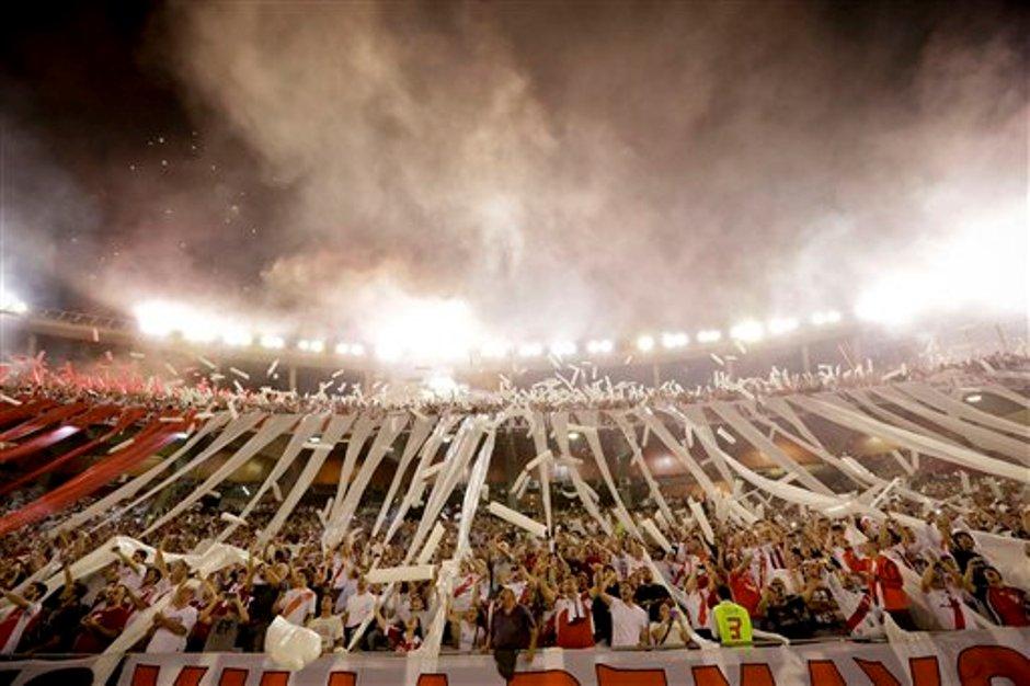 Hinchas de River Plate alientan al equipo durante el partido contra Boca Juniors por la Copa Sudamericana, el jueves 27 de noviembre de 2014. (AP Foto/Victor R. Caivano)