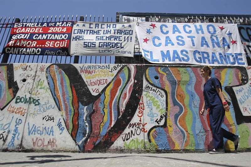 Fotografía de carteles de apoyo al cantante Cacho Castaña hoy, en los alrededores del hospital donde está internado. EFE/David Fernández