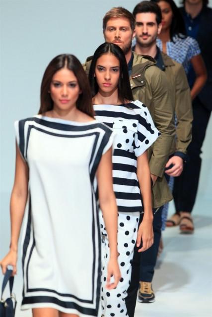 Varios modelos lucen unas creaciones de la nueva colección Primavera-Verano 2015 de la diseñadora venezolana Carolina Herrera. EFE/Alejandro Bolívar