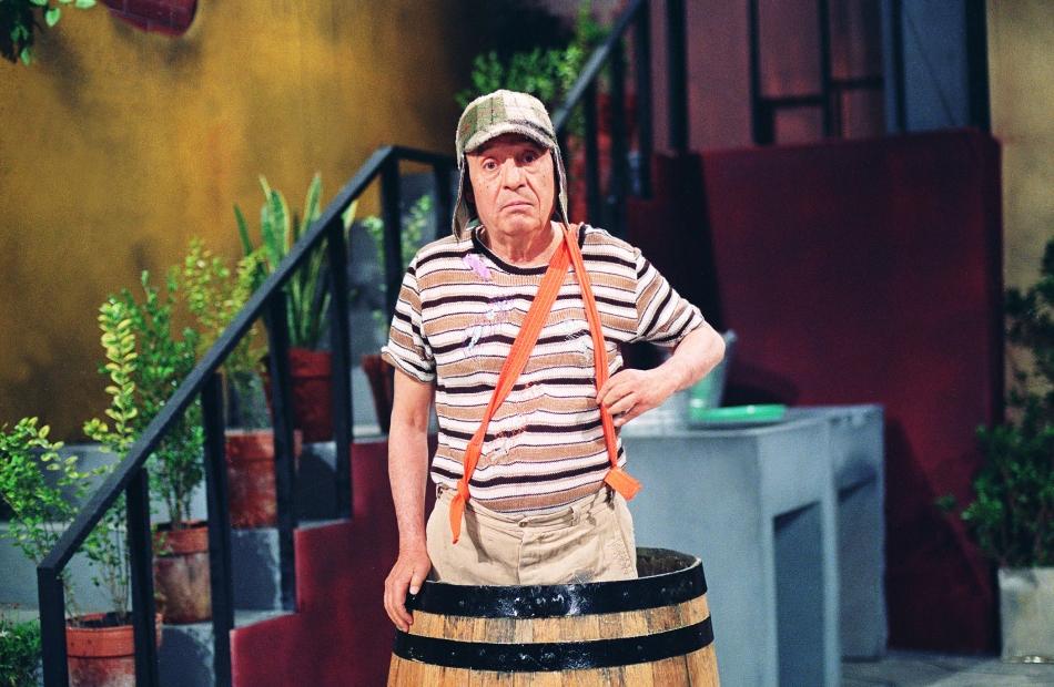 En esta imagen difundida por la cadena Televisa el viernes 28 de noviembre del 2014, el comediante mexiano Roberto Gómez Bolaños en el papel de su personaje de El Chavo del Ocho.  (AP Foto/Televisa)